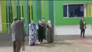 لحظة مغادرة أربعة أشخاص تم شفاؤهم من وباء كورونا بمستشفى بمدينة مكناس