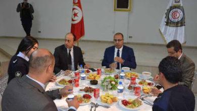 ثكنة بوشوشة هشام المشيشي يتناول وجبة الإفطار مع أعوان وإطارات وحدات التدخل