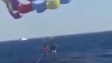 فيديو سمكة قرش تستقبل مظليا اردنيا عند هبوطه في البحر